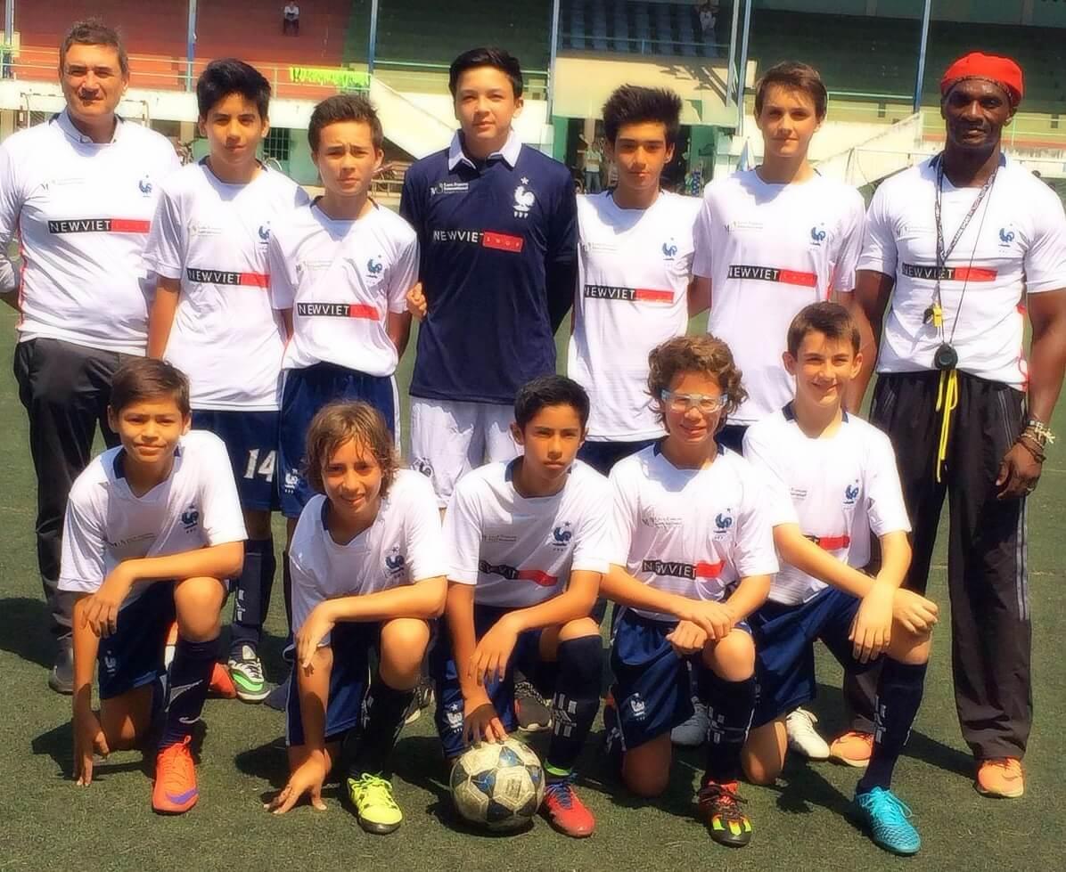 New Viet Shop tài trợ hoạt động bóng đá trường học